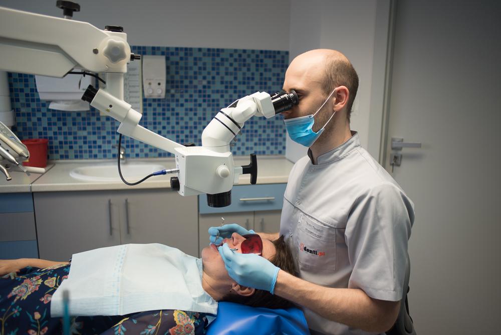 Denti - leczenie podmikroskopem